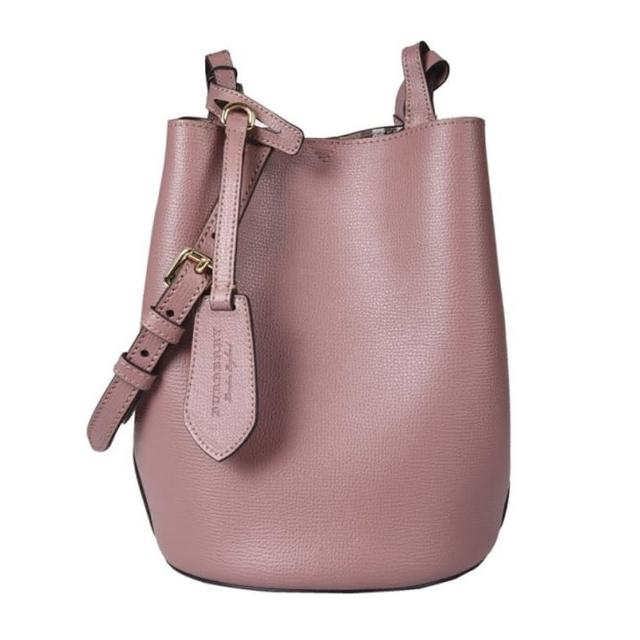 【BURBERRY 巴寶莉】40571521 經典素色質感皮革水桶款肩背/斜背包(藕粉色)