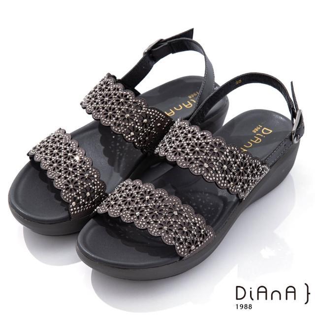 【DIANA】4.5cm點點水鑽花朵邊寬板一字露趾涼鞋-浪漫戀曲(灰)
