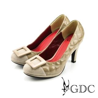 【GDC】經典迷人方型飾釦亮面菱格紋高跟鞋-卡其色(327118)