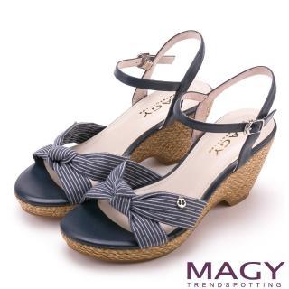 【MAGY】異國風情 條紋布面扭結拼接牛皮編織楔型涼鞋(藍色)