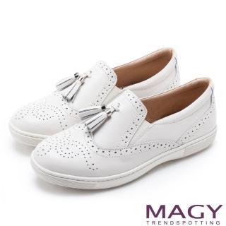 【MAGY】舒適樂活 牛皮雕花流蘇休閒鞋(白色)