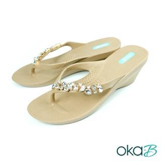 【oka-B】Alexa單邊水晶配飾人字夾腳楔型高跟涼鞋(卡其色 K906AL-BR)