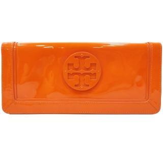 【TORY BURCH】19129113 Suki立體LOGO亮漆皮磁釦長夾/手拿包(橘色)