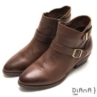 【DIANA】仿皮布腰帶V筒馬丁擦色短靴(棕)