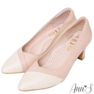 【Ann'S】雋永品味-纖瘦V口經典小羊皮全真皮粗跟尖頭包鞋(粉白)